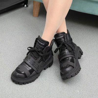 ქალის და მამაკაცის ფეხსაცმელი