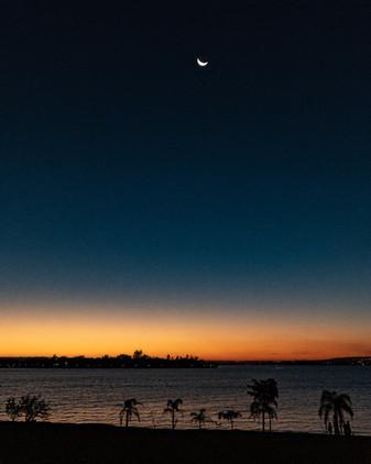 Por do sol em Brasília com lua e lago.jpg