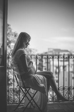 Donna incinta in bianco e nero