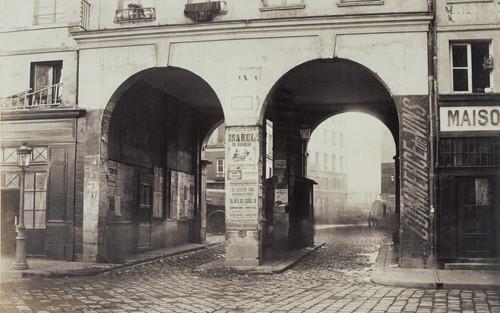 Les Deux-Portes. Vue prise de la rue des Innocents vers la rue de la Ferronnerie.