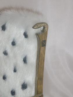 в изголовье спинки - змеиные головы