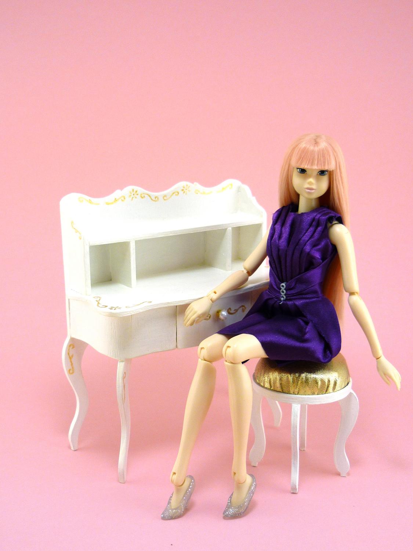секретер-бюро с куклой