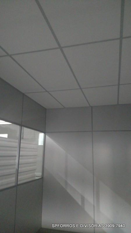 sala de divisória eucatex com forro