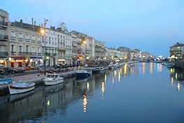 La ville de Sète au crépuscule.