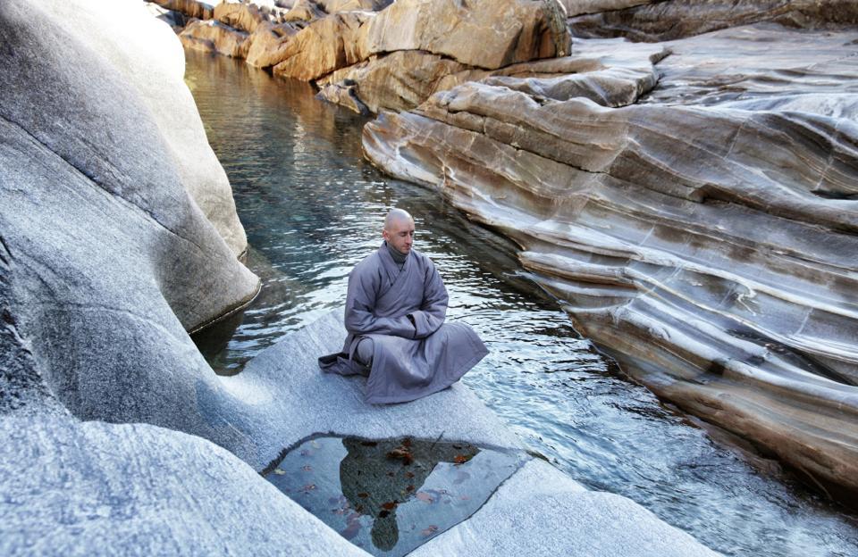 foto meditazione nel fiume.jpg