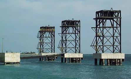 ship loader tower, erection on dolphin.j