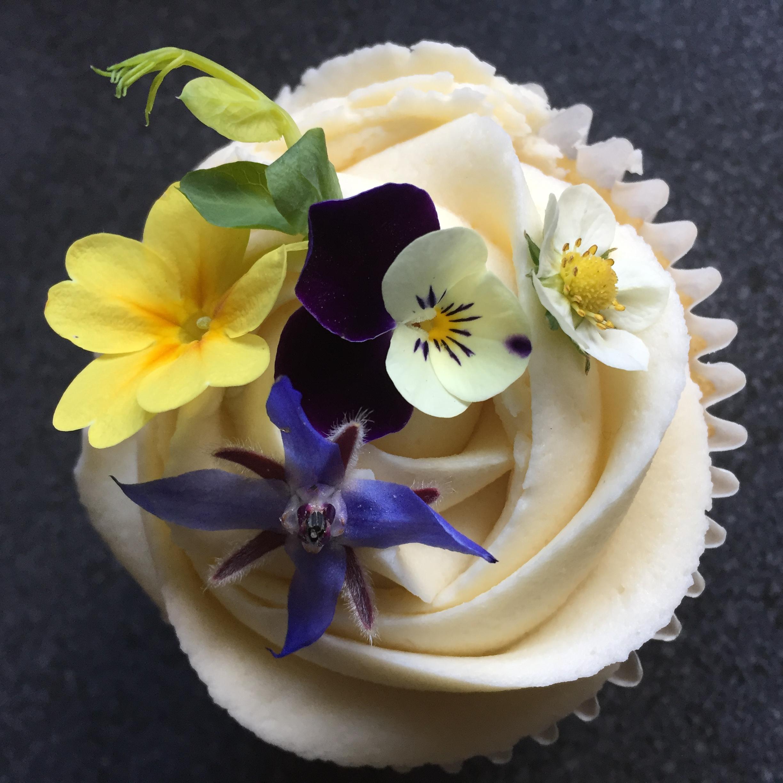 Edible flowe cupcakes