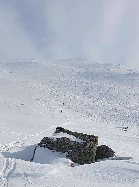 Raundalsryggen på ski. Ned nordflanken på Olsskavlen.