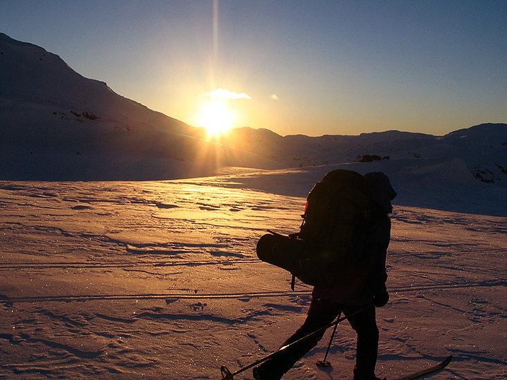 Fjellskiløpar i solnedgang på vinterfjellet