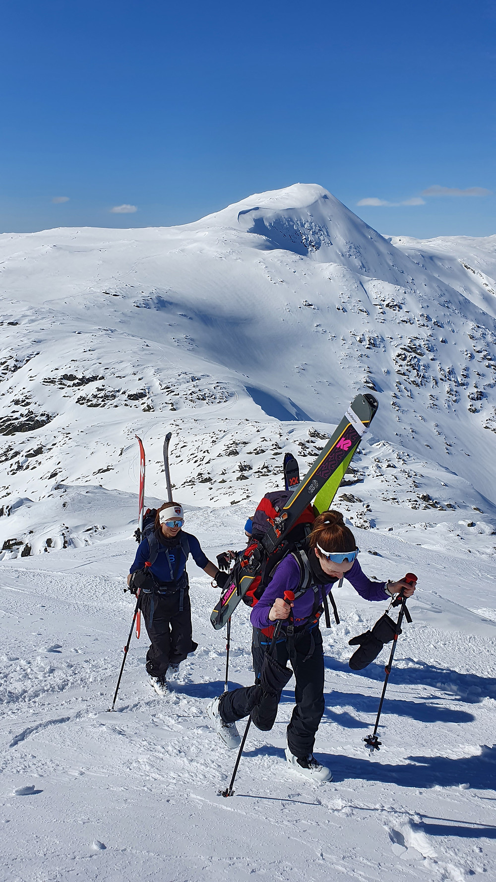 Raundalsryggen på ski. På vei mot Skipadalsnuten med Horndalsnuten i bakgrunnen.