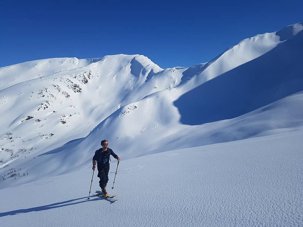 Raundalsryggen på ski.  På vei mot Horndalsnuten med Skipadalsnuten i bakgrunnen.