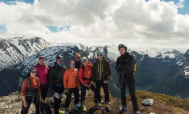 Skiers on top of Breiskrednosi