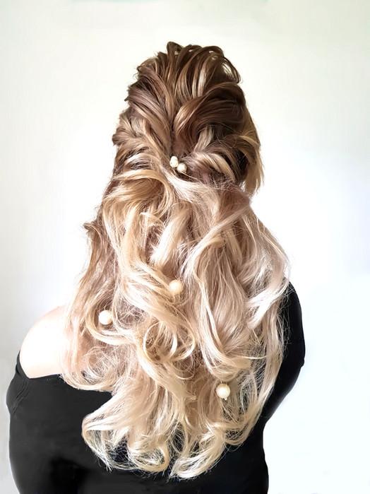 Halboffene Frisur mit viel Volumen und Struktur