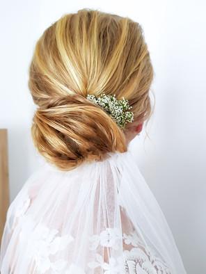 lockere Hochsteckfrisur mit Blumen im Haar