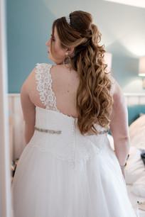 Halboffene lockige, gewellte Brautfrisur.   Foto: Sarah Porsack