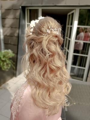 romantische Brautfrisur mit Wellen und Haarschmuck