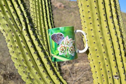 Taza de cerámica con fotografía de polilla y flor