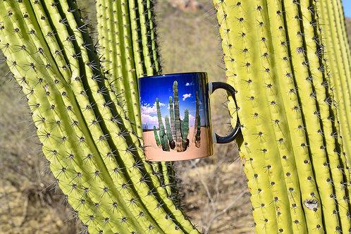 Taza de cerámica con fotografía de cardón semi-enterrado en dunas