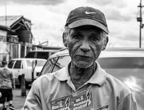 Портретное фото пожилого мужчины в кепке