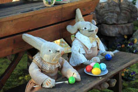 Фотография двух пасхальных кроликов с яйцами