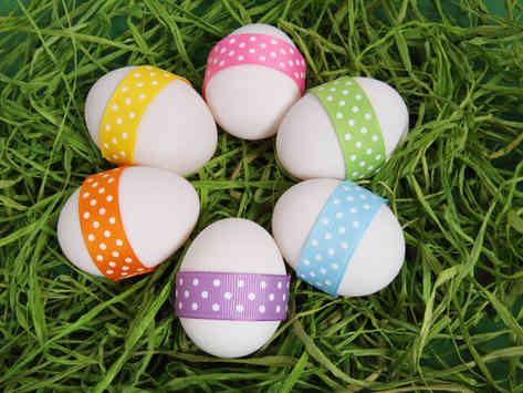 Фото пасхальных яиц на траве