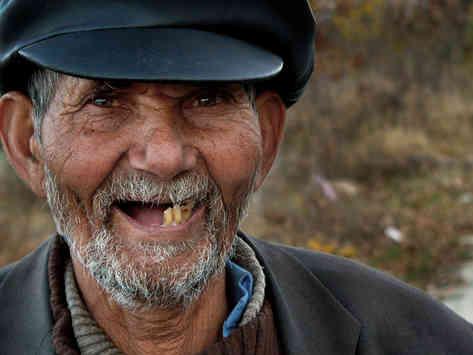 Портретное фото улыбающегося пожилого мужчины