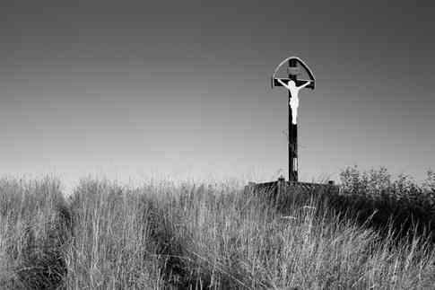 Черно-белое фото распятия на кресте