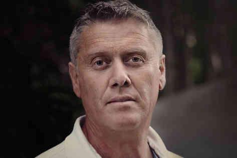 Портретное фото мужчины среднего возраста
