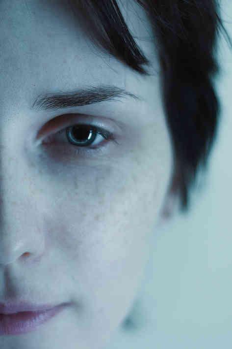 Портретное фото молодой девушки