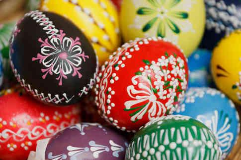 Фотография разноцветных пасхальных яиц