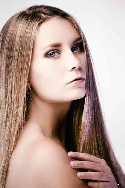 Портретное фото молодой блондинки