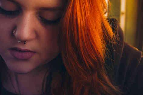 Портретное фото девушки с пирсингом в носу