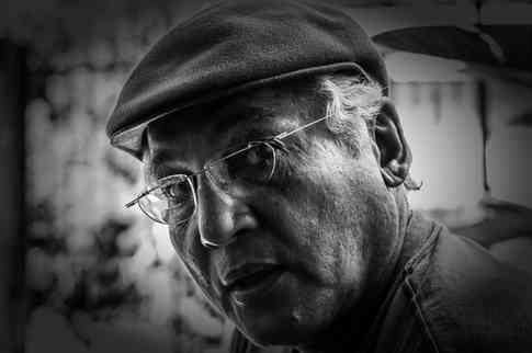 Портретное фото пожилого мужчины в очках