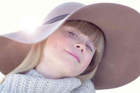 Портретное фото девушки в шляпе