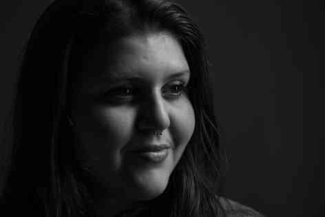 Портретное фото девушки черно-белое