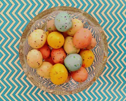 Фотография пасхальных яиц в стеклянной чашке