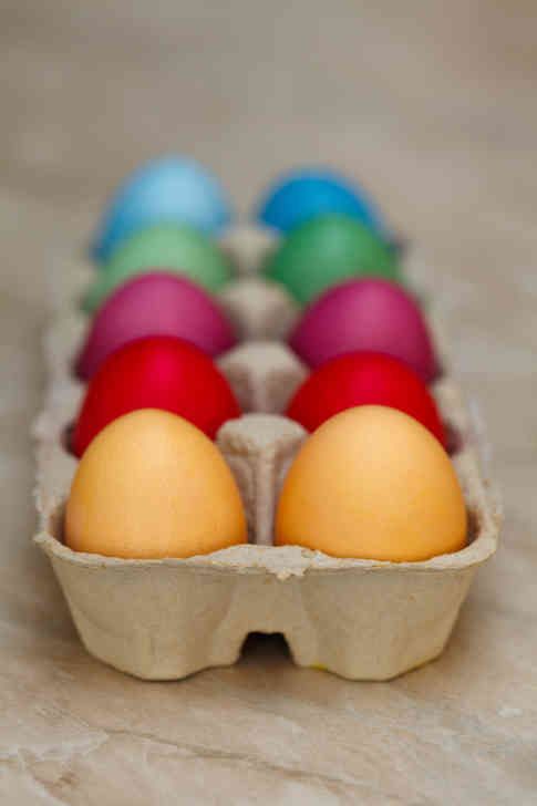 Фото разноцветных пасхальных яиц в грохотке