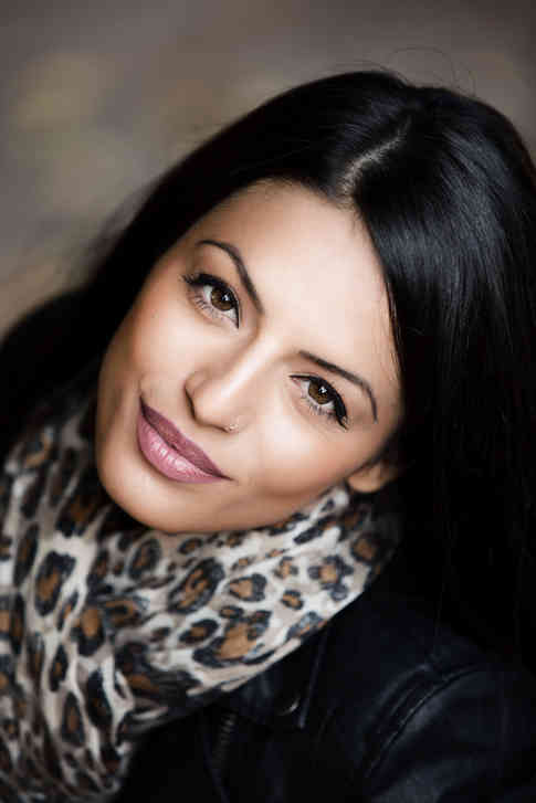Портретное фото девушки в леопардовом шарфе