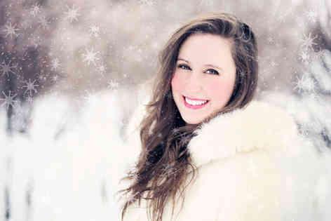 Портретное фото девушки на улице под снегом
