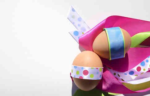 Фото двух яиц обернутых лентой