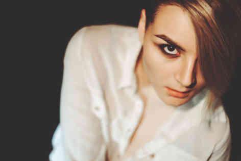 Портретное фото девушки модельной внешности