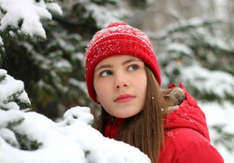 Портретное фото девушки в зимнем лесу