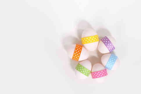 Фото пасхальных яиц на белом фоне