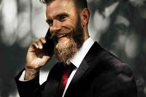 Портретное фото мужчины с телефоном