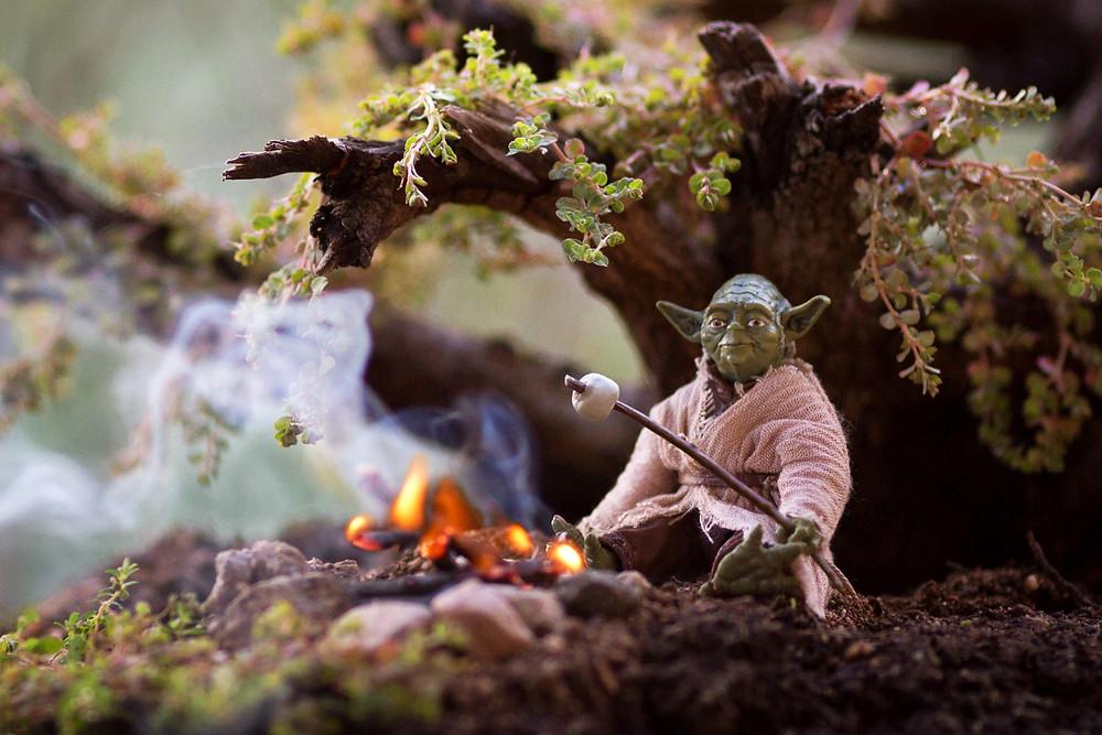 Игрушка героя StarWars мастера Yoda жарит зефирки на костре