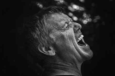 Портретное фото кричащего мужчины