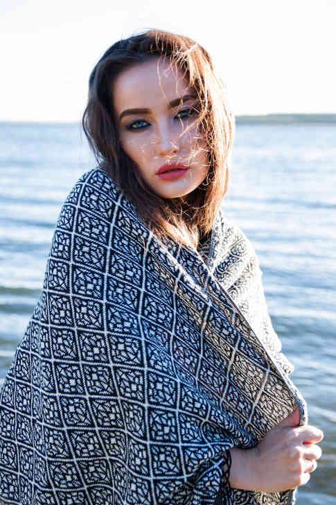 Портретное фото девушки на пляже