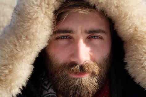 Портретное фото мужчины в капюшоне