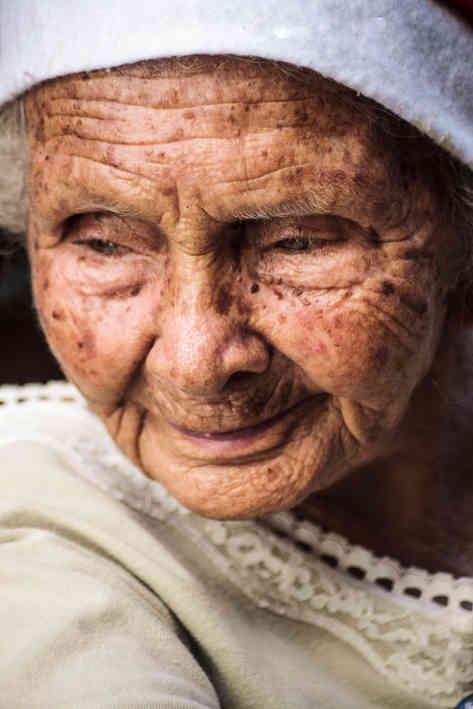 Портретное фото пожилой женщины
