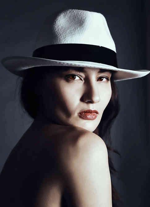 Портретное фото модели в шляпе